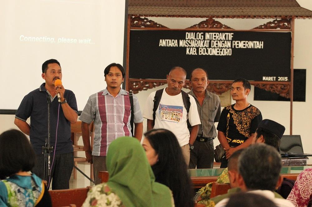 kelompok-pkl-saat-dialog-publik-di-pendopo-malowopati-bojonegoro